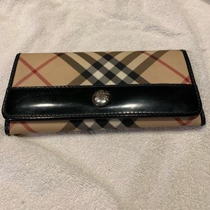 Burberry wallet leather inside and trim